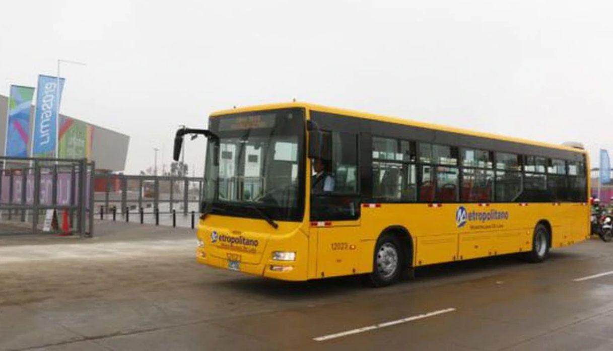 bus de metropolitano con pocos pasajeros